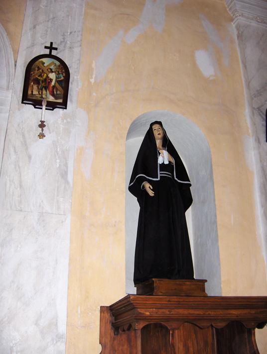 Arredi e quadri all'interno della chiesa dei ss. pietro e paolo