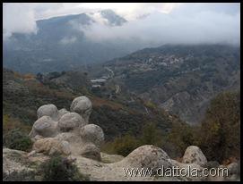 Immagine 029 i caddareddi con nello sfondo chorio di roghudi