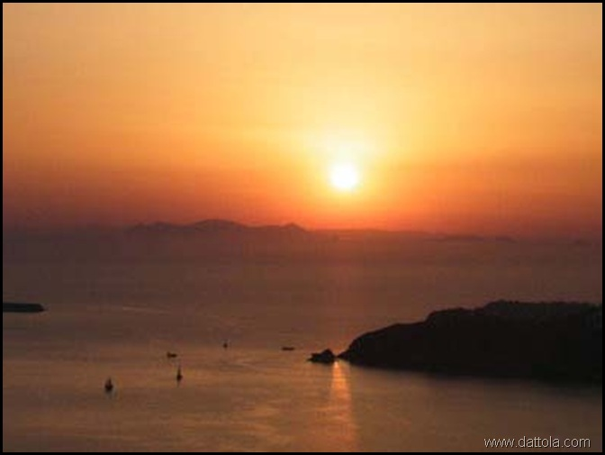 isola santorini tramonto Fonte Courtesy of Santorinigrecia.it