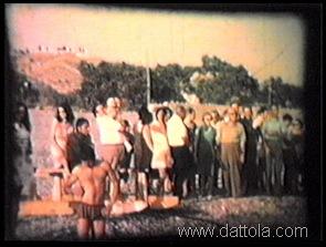 35 la madrina e il padrino e gli amici guardano la braca andare a mare